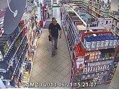Muž podezřelý z krádeže v drogerii MB