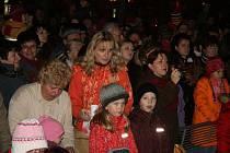 Na rozsvícení vánočního stomu přišly stovky lidí.