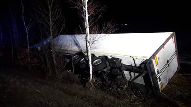 Převrácený kamion u Bakova nad Jizerou.
