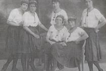 Závodní družstvo žen z roku 1920. Veldová, Fenclová, Hutařová, Kratochvílová, Hlavičková, Rubínová.