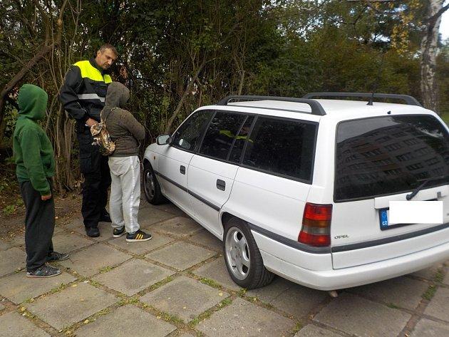 Dva kluci poškrábali auto kamenem