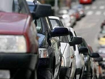 Ulice je stále plná aut...