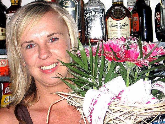 Jedna jediná barmanka to táhne v Bělé od založení klubu. Dostala za to velkou kytici. Kdo?  Zuzana Kadlečíková