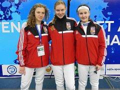 ŠERMÍŘKA ANNA COUFALOVÁ (vpravo) si z Mistrovství světa kadetů a juniorů v Taškentu přivezla 32. místo