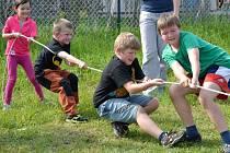 Děti, které tu slavily Dětský den, jenž jejich rodiče sami uspořádali, doufají, že se podaří dotáhnout záležitost s hřištěm úspěšně do konce.