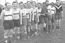 Píše se rok 1951 a hráči mužstva dospělých Jizeranu Doubrava se chystají na další mistrovské utkání.