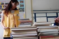 Dobrovolníky v boleslavské nemocnici včera zaplavili lidé stovkami knih.