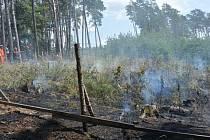 Požár lesní školky u Sudova Hlavna hasil i vrtulník s bambi vakem.