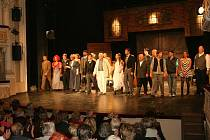 Velkou děkovačkou odměnili diváci boleslavské herce na prvním představení po divadelní rekonstrukci.