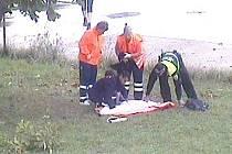 Dívka spadla ze stromu. Strážník jí poskytl první pomoc. Přijela i záchranka.
