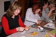Ženy v Sýčině vyráběly výrobky z papíru