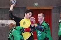 Adam Homolka (uprostřed) patřil k nejlepším hráčům Auto Škody ve II. lize házené staršího dorostu ve střetnutí se Starým Plzencem.