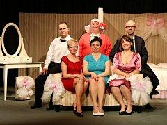 Úžasnou svatbu, další komedii souboru Tyl, můžete navštívit 10. října v Bakově a 11. října v Sezemicích.