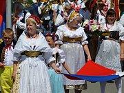 Průvod kosmonoských baráčníků kráčel za státní vlajkou a praporem města od staré pošty směrem na Horní Stakory, následně zamířil k zámku, na jehož nádvoří se odehrála baráčnická slavnost.