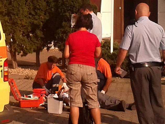 Záchranka oživuje muže na benzince v boleslavském sídlišti.
