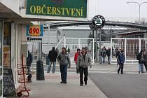 Kolem obchodů u 7. brány Škodovky chodí denně stovky lidí. Mnozí zde i nakupují.