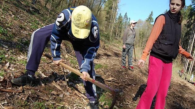 Den Země v Bělé pod Bezdězem. Děti nejprve sázely stromy, poté soutěžily a nakonec si opékaly špekáčky.