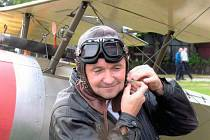 Neutuchající nadšení a gejzír nových nápadů projevuje největší propagátor historických letadel na Mladoboleslavsku Vladimír Handlík (na snímku vedle repliky anglického letounu Sopwith Pup z roku 1917).