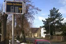 Radar na měření rychlosti v obci Buda.