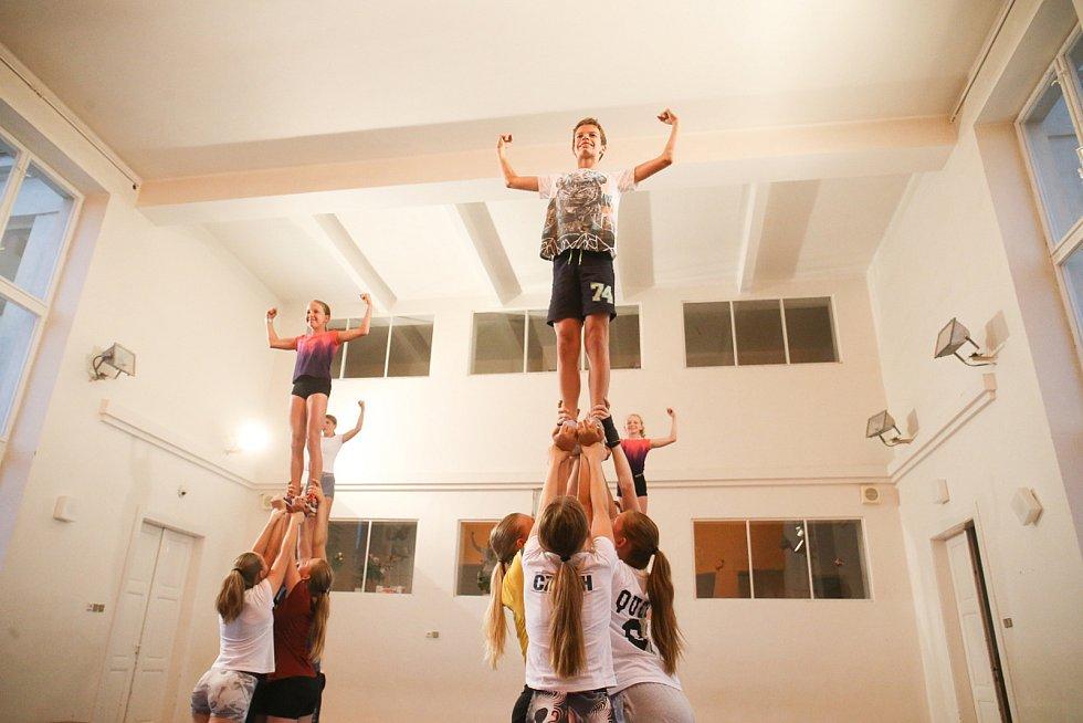 Když sportovní cheerleading začínal před 17 lety, bylo to o něčem jiném. Zaměření bylo spíše na tanec, postupem času se z toho stal gymnastický sport s tanečními prvky.