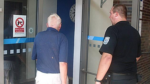 Ztraceného seniora našli strážníci na lavičce