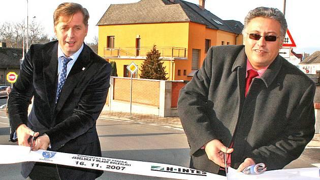 Hejtman Petr Bendl (vlevo) a primátor Mladé Boleslavi Raduan Nwelati otevřeli novou silnici.
