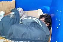 V kontejneru hledal úkryt před zimou, snadno mohl ale přijít o život.