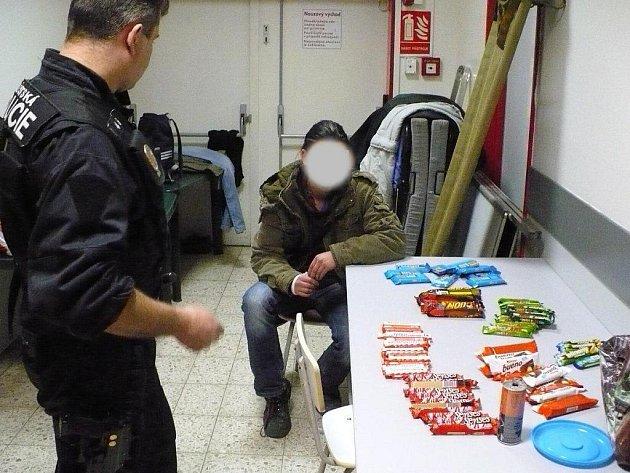 Desítky sladkostí se zloději ukrást nepodařilo.