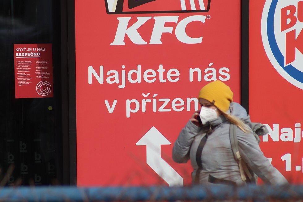 V Mladé Boleslavi lidé ochranu dýchacích cest celkem poctivě nosí. Většinou volí respirátor.