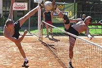 V nohejbalovém turnaji trojic v Mnichově Hradišti se urputně bojovalo o každý míč.