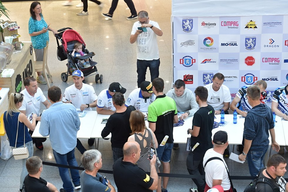 Autogramiáda k Bohemia Rally proběhla ve čtvrtek odpoledne v boleslavském obchodním centru Bondy.