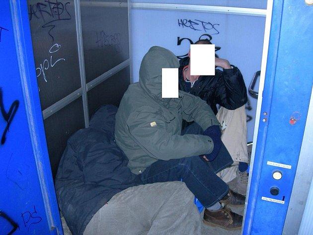 Bezdomovci ve výtahu na vlakovém nádraží v Mladé Boleslavi