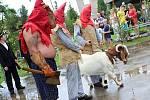 Každoroční recesistická akce Házení kozla místní pobavila, a to navzdory počasí.