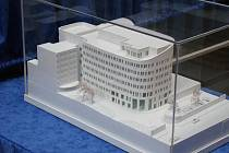 Model přístavby nemocnice.