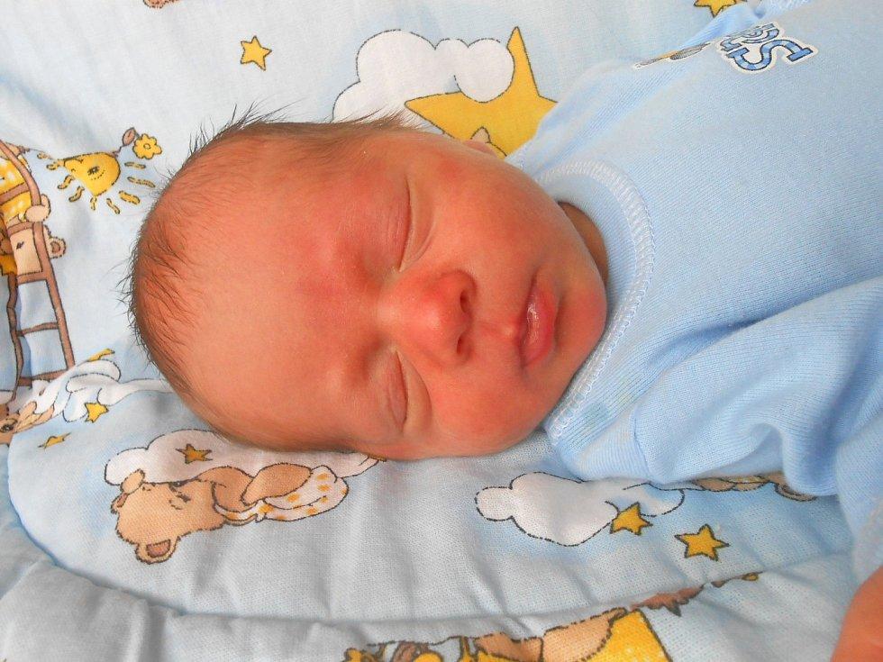DAVID Záruba se narodil 10. července, vážil 3,07 kg a měřil 49 cm. S maminkou Rozálií a tatínkem Radkem bude bydlet v Dražicích, kde už se na něj těší bráška Radek.