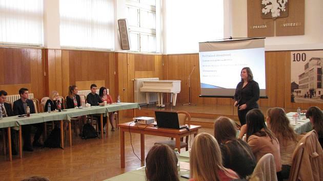 V Obchodní akademii v Mladé Boleslavi měli žáci maturitních ročníků možnost prezentovat své schopnosti před porotou složenou ze zástupců místních firem a organizací.