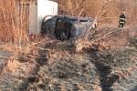 Auto vyjelo ze silnice a skončilo na boku