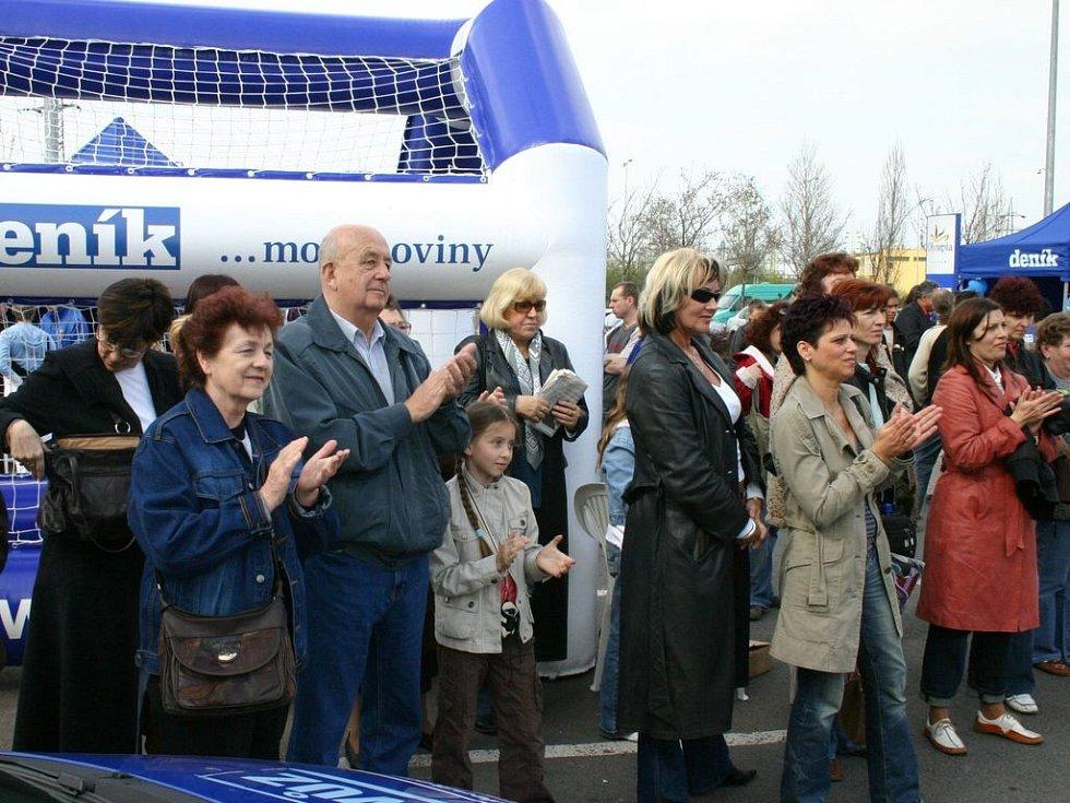 Na Den s Deníkem přišly k nákupnímu centru Olympie stovky lidí
