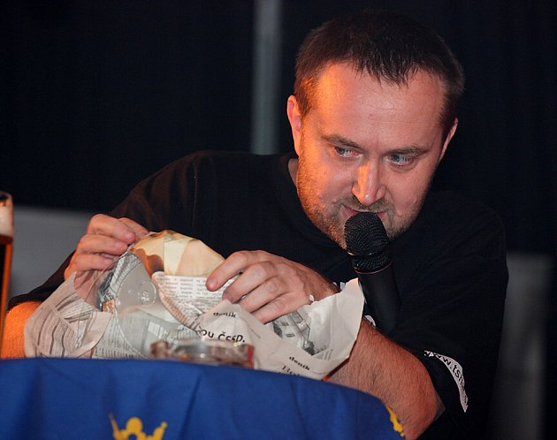 Moderátor a šéfredaktor Jiří Macek.