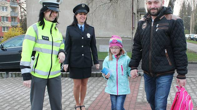 Policistky rozdávaly úkolníčky.
