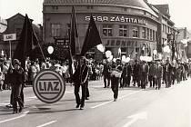 Průvod na 1. máje roku 1983 na Masarykově náměstí, konkrétně zástupci podniku LIAZ. Jeden z jeho výrobních závodů byl i v Mnichově Hradišti.