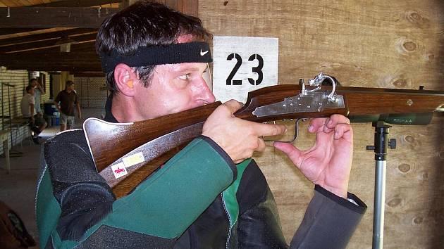 Gustav Gráf při přípravě na střelbu z doutnákové muškety.