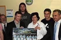 Předání šeku se stotisícovou částkou od boleslvských fotbalistů se v na dětském oddělení Klaudiánovy nemocnice zúčastnil i středočeský hejtman David Rath.