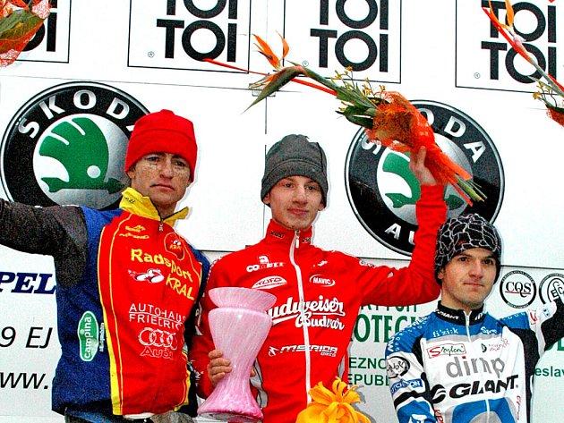 Stupně vítězů: (odleva) Václav Metlička, vítěz Ondřej Bambula, Jan Škarnitzl.