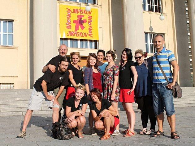 Část souboru mezi jednotlivými představeními na náměstí před budovou Jiráskova divadla.