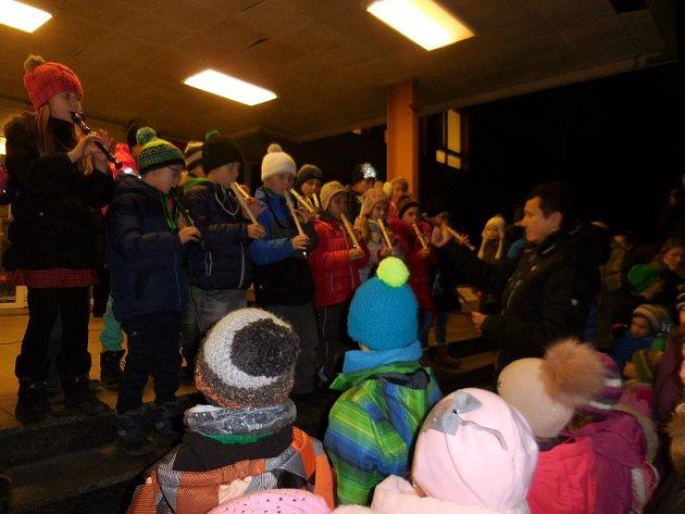 Tradice rozsvěcení vánočního stromu před sedmou základní školou nebyla přerušena ani letos.
