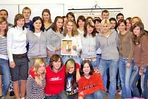 Tak to jsou oni. 27 dívek a 4 chlapci prvního ročníku Střední odborné školy v Horkách nad Jizerou se stali rodinou malého sirotka Harryho.