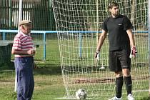 František Hubáček (vpravo) rozmlouvá s fanouškem