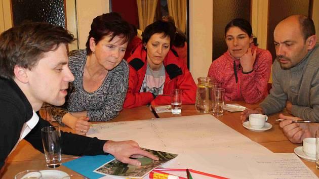 OBYVATELÉ Mnichova Hradiště na veřejném zasedání diskutovali o podobě lesoparku. Teď se od slov přechází k činům. Město bude investovat nejen do cest.