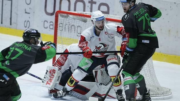 Hokejové utkání 46. kola Tipsport extraligy v ledním hokeji mezi HC Dynamo Pardubice (v bílém) a BK Mladá Boleslav (v černozeleném) v pardubické ČSOB pojišťovna ARENĚ.